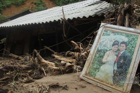 Yên Bái: Lũ cuốn mọi thứ bản làng cô lập, vừa đi vừa khóc