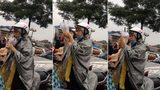 Cô gái vô tư đứng uống trà sữa giữa mưa lớn và tắc đường