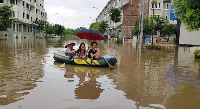 Bi hài Hà Nội: Ngồi thùng xốp, chèo xuồng vào 'làng' biệt thự triệu đô