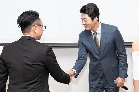 Kwon Sang Woo bất ngờ khi nhận áo dài từ Hoa hậu Thu Hoài