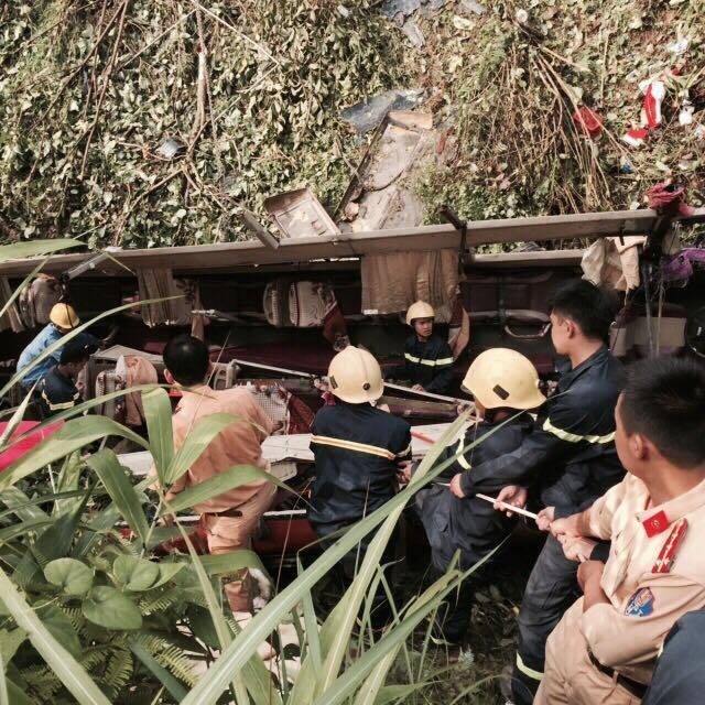 Hiện trường xe giường nằm lao vực vỡ nát, 4 người chết ở Cao Bằng