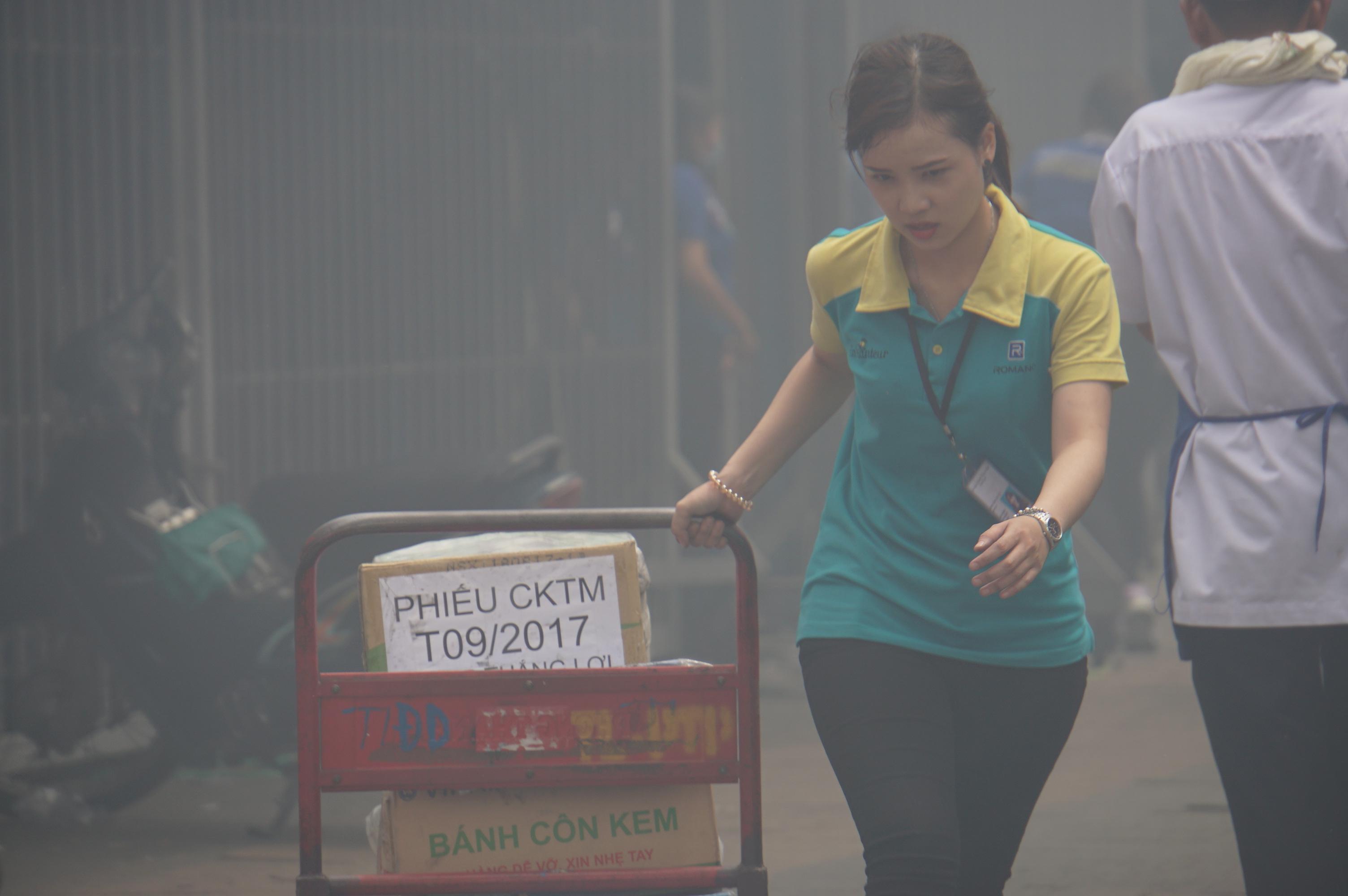...một số khác di dời sổ sách, dữ liệu ra khỏi nơi làm việc nằm sát khu vực xảy ra hỏa hoạn