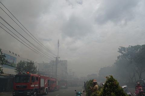 Cháy lớn cơ sở sản xuất sofa sát siêu thị Coopmart ở Sài Gòn