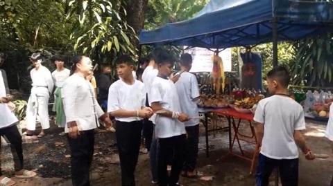 Đội bóng thiếu niên Thái Lan đi tu