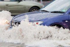 Lái xe qua vùng ngập nước có thể bị thuỷ kích, 'bay' trăm triệu như chơi