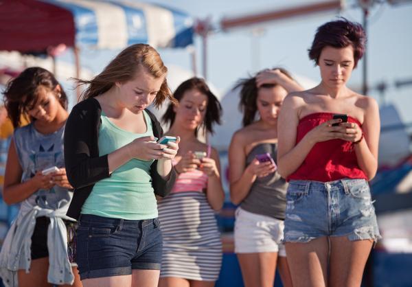 Cho trẻ dùng smartphone nhiều sẽ có nguy cơ bị những bệnh gì?
