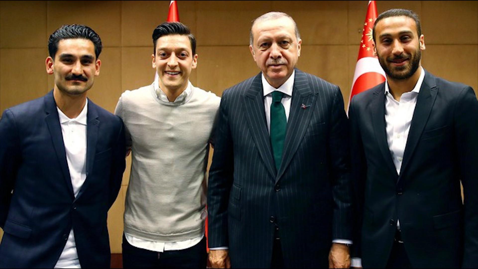 Mesut Ozil tung hê sự thật, cay đắng rời tuyển Đức