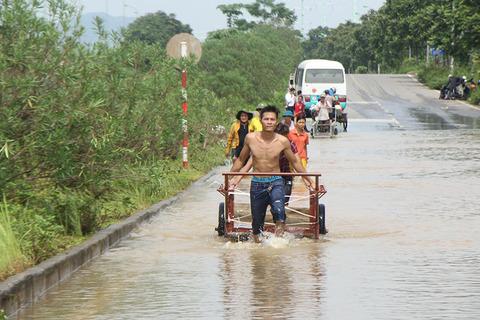 Dầm mình trên đại lộ hiện đại nhất Việt Nam, 'hốt' tiền triệu mỗi ngày