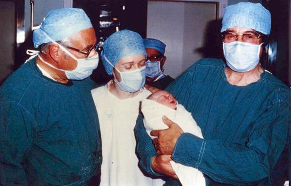 Em bé ống nghiệm đầu tiên từng gây tranh cãi, chỉ trích khắp thế giới giờ ra sao?