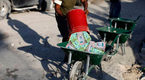 Lạm phát chót vót, dân Venezuela đem tiền làm túi
