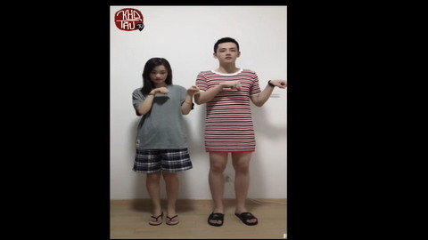 Clip nam nữ đổi trang phục cho nhau khiến dân mạng bật cười