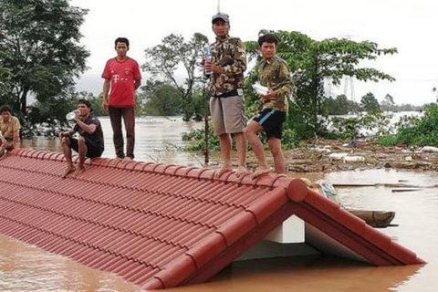 dân trèo lên mái nhà tránh lụt vì vỡ đập thủy điện Lào