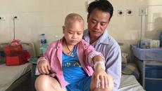 Bố lặn lội 500km xin cứu con trai u não