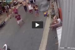 Clip: Người lớn bất cẩn, trẻ nhỏ lao sang đường bị xe máy tông thảm khốc