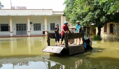 Hà Nội ngập đến nóc nhà, nghìn dân vật lộn trong lũ