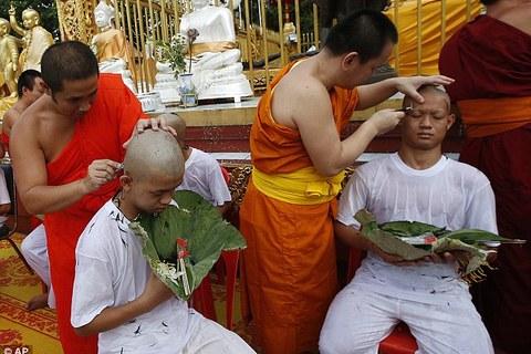 đội bóng Thái Lan xuống tóc đi tu