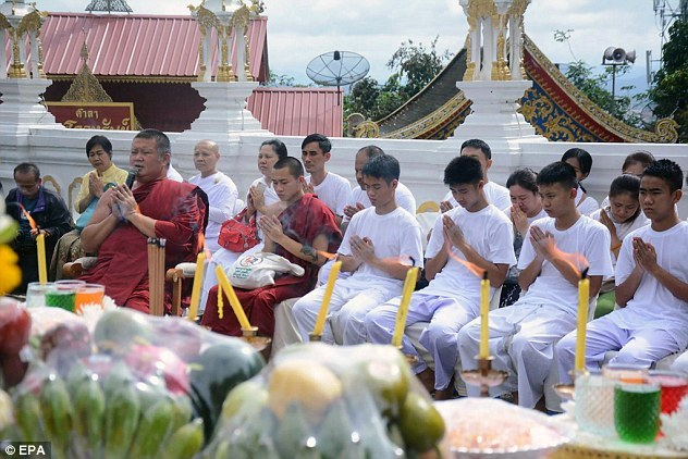 Xem đội bóng thiếu niên Thái Lan xuống tóc đi tu