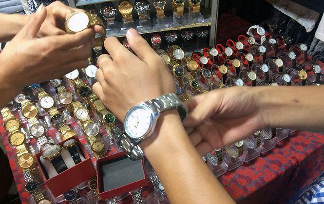Lật tẩy chiêu trò 'gian thương' bán đồng hồ giả, giá hàng hiệu