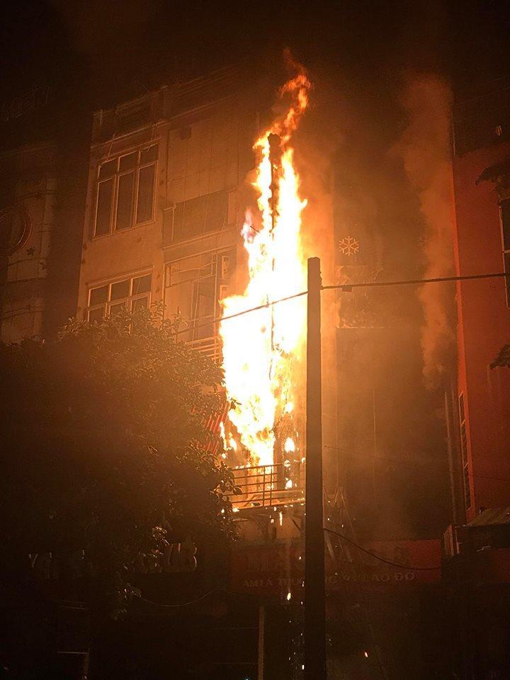 Hà Nội: Quán massage 5 tầng bốc cháy rừng rực trong đêm