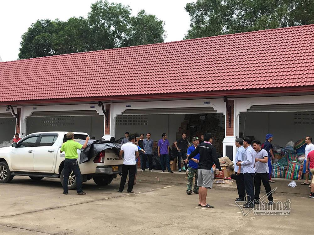 Vỡ đập thủy điện ở Lào: Hàng cứu trợ VN nườm nượp vào vùng lũ Attapeu