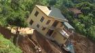 Kinh hãi nhìn ngôi nhà 2 tầng cheo leo bên bờ vực
