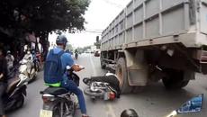 """Người đàn ông thoát chết """"thần kỳ"""" dưới bánh xe tải"""