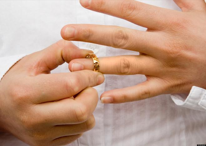 Muốn ly dị vì vợ... đồng tính