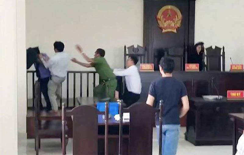 gây rối tại tòa,náo loạn phiên tòa,cố ý gây thương tích,Bình Chánh