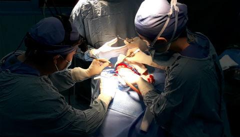 bé bị dính toàn bộ khớp sọ kèm não úng thủy