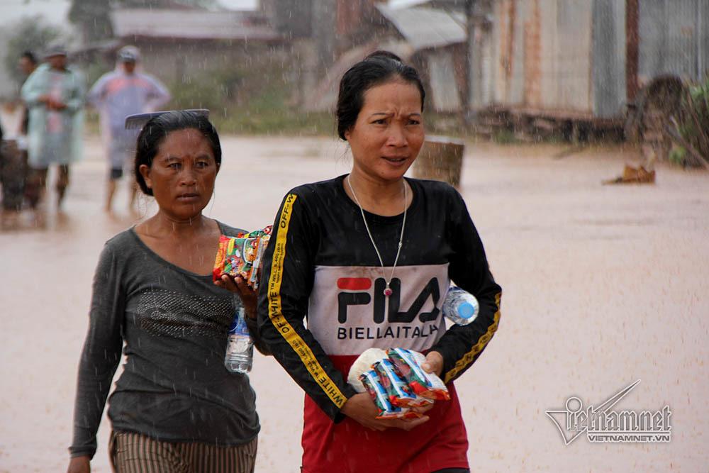 Vỡ đập ở Lào: Hình ảnh độc quyền trực thăng cứu trợ liên tục lên xuống