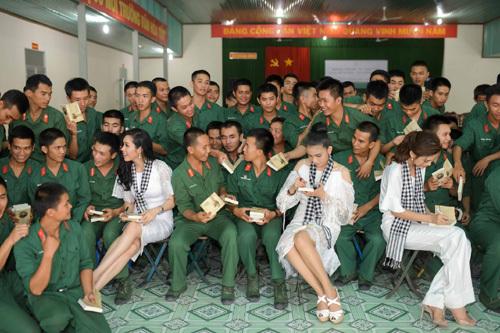 Các Hoa hậu, Á hậu tặng 12.000 cuốn sách cho chiến sỹ