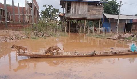 Vỡ đập thủy điện ở Lào: Bên trong rốn lũ Attapeu bò chết trôi, nhà đổ sập
