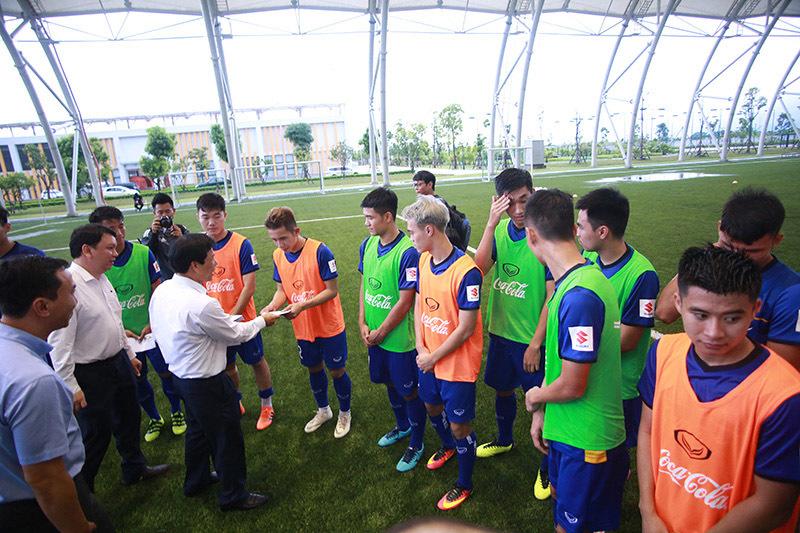 Bộ trưởng phát quà, chúc Olympic Việt Nam lập kỳ tích như Thường Châu