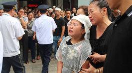 """Đám tang Huyền Trang: Hai con nhỏ kiễng chân nhìn linh cữu gọi """"Mẹ ơi đừng ngủ nữa"""""""