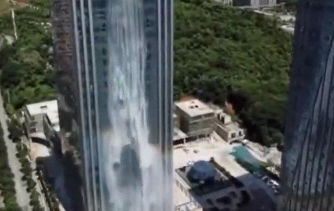 Cận cảnh thác nước nhân tạo cạnh tòa nhà ở Trung Quốc