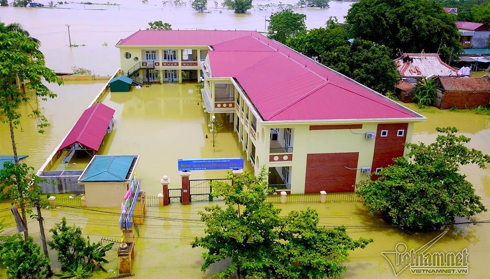 Hà Nội: Thầy cô đến lớp học bằng thuyền tự chế