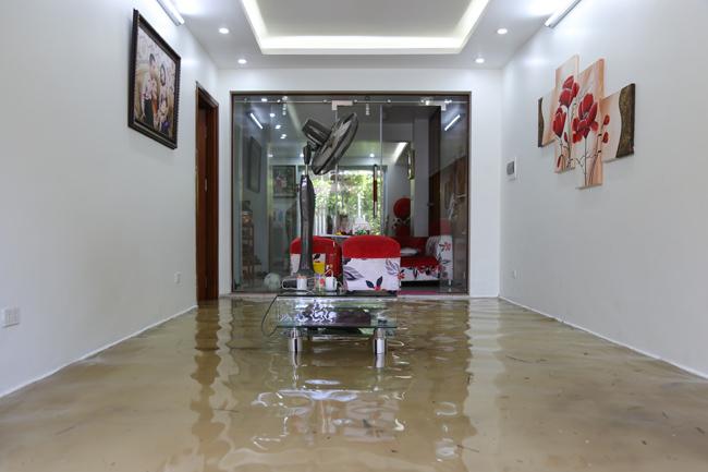 Nghịch cảnh: Nhà giàu Hà Nội bất lực nhìn biệt thự triệu đô 'hao mòn' trong nước