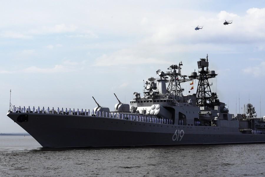 Tàu chiến ùn ùn kéo về 'quê nhà' của Putin