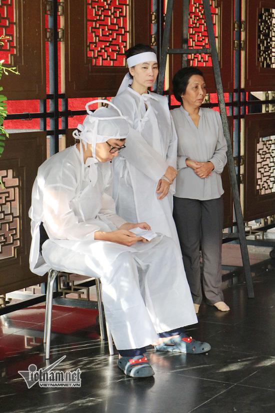Vợ con NSƯT Thanh Hoàng thất thần trước linh cữu