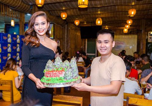 Fan 'choáng' khi Mâu Thủy đến tận nơi tặng quà sinh nhật