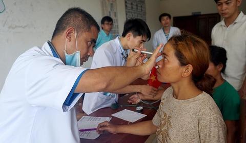 Vỡ đập thủy điện tại Lào: Dân thoát lũ ùn ùn chờ bác sĩ Việt thăm khám
