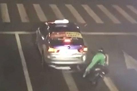 Lĩnh hậu quả vì vừa chạy xe vừa dùng điện thoại di động