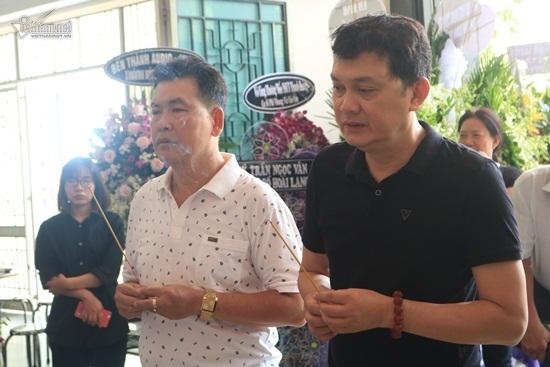 Con trai cố nghệ sĩ Thanh Hoàng từ Mỹ về quỳ khóc bên linh cữu cha