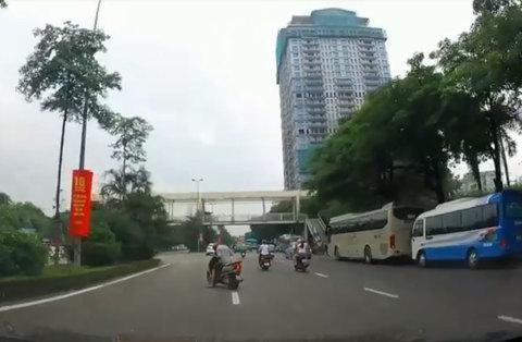 Bi hài clip người đàn ông ngủ gục trên xe máy giữa phố Hà Nội