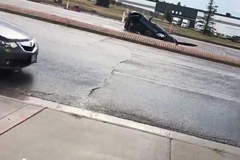 hố tử thần nuốt chửng xe hơi giữa đường