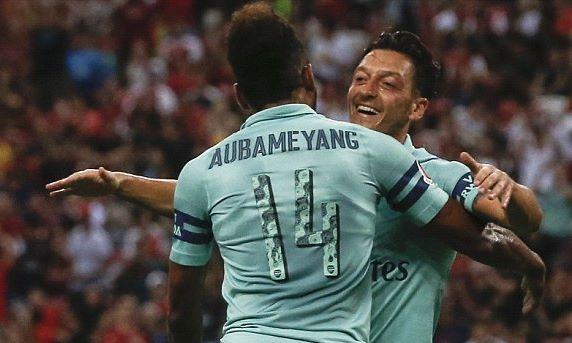 Ozil và Lacazette tỏa sáng, Arsenal 'làm gỏi' PSG
