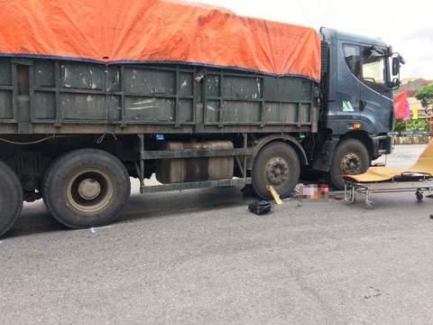 Xe container cán nát xe máy cùng chiều, một người tử vong