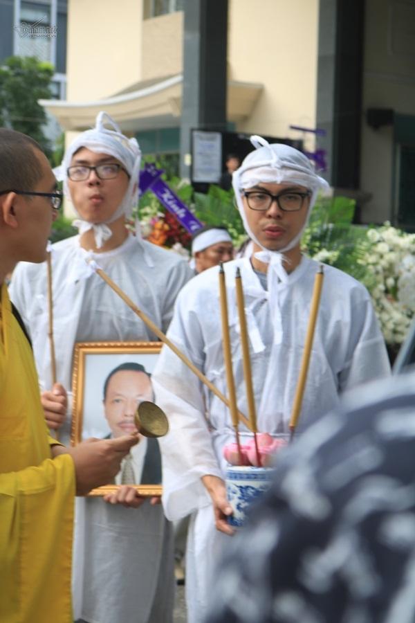 Vợ nghệ sĩ Thanh Hoàng khóc dặn chồng trước giờ ly biệt