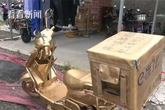 Shipper chơi trội 'mạ vàng' cả xe máy, gắn biển 888888