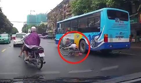 2 ông cháu đi xe đạp dàn hàng ngang, bé gái suýt chết dưới gầm xe buýt